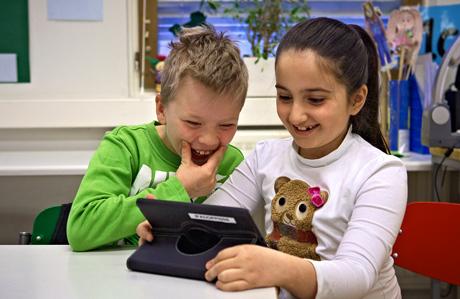 Sormet-hankkeessa varustettiin kolme luokallista oppilaita henkilökohtaisilla tablet-laitteilla. Kuva: Rhinoceros.