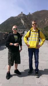 Olli ja Jussi Kiinan muurilla.