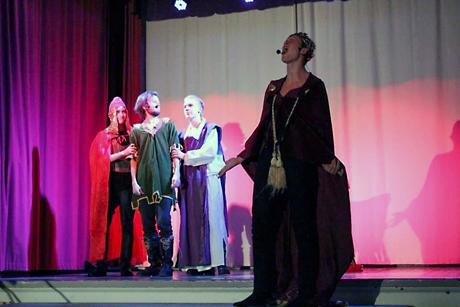 Viime vuoden ilmiöpohjaisen oppimisen jaksolla teemana oli keskiaika. Kuva Robin Hood -musikaalista.