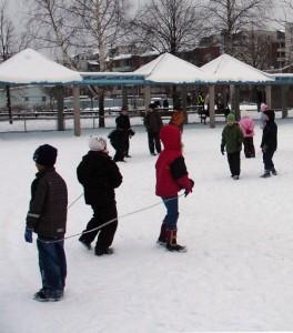 Talvea-koulun-pihalla2_lev-450